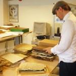 Karl Bjernestad inventerar arkivmaterial. Foto: Jonas Andersson.