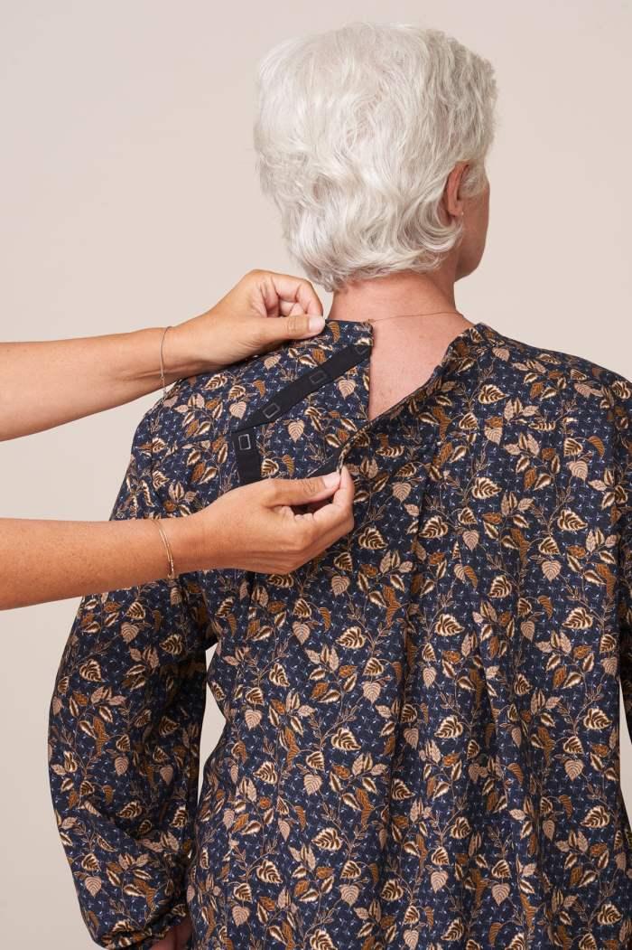 forestime vetement senior adapté tunique imprimé beige thais facilitant habillage par un aidant ouverture dos