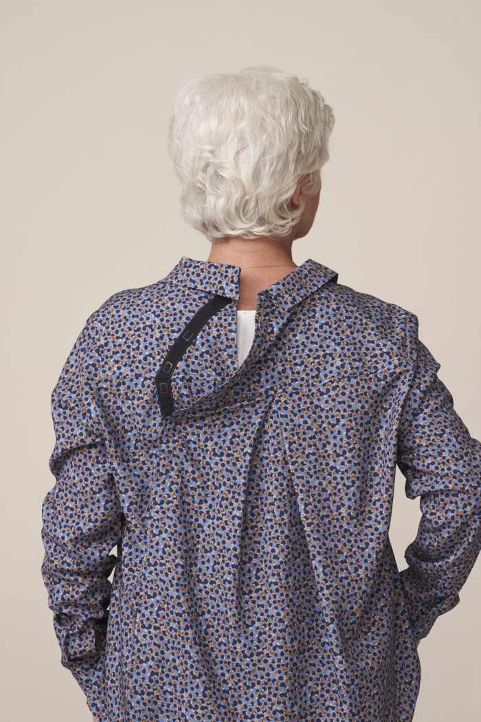 chemisier ouverture dos pour senior dépendant habillage facile et sans douleur