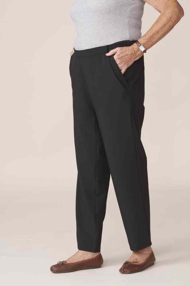 pantalon noir élégant pour senior facilitant habillage et le change