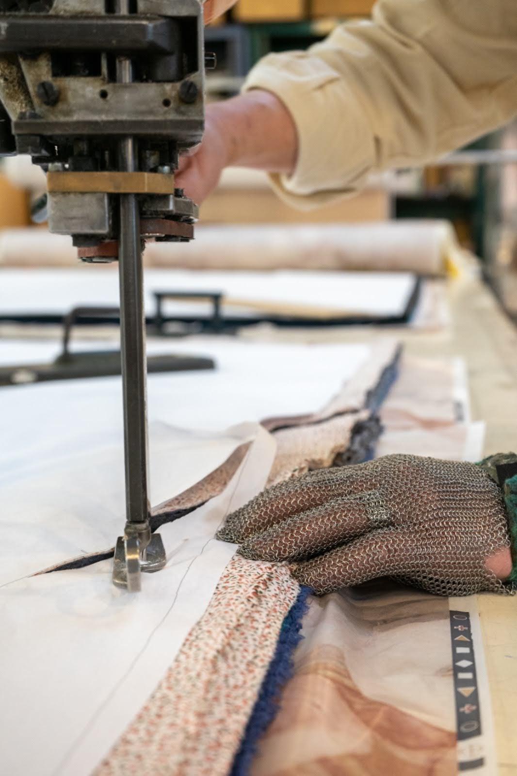 découpe des vêtements pour seniors forestime fabriqués en France