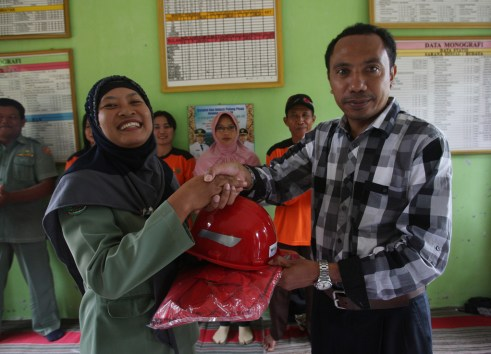 funds for a REDD+ scheme in Central Kalimantan have been used to provide villagers with high-quality fire equipment and protective gear as well as supporting the week-long training of a number of villagers.  Achmad Ibrahim/CIFOR