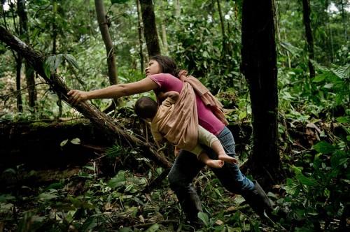 """Las mujeres de áreas rurales enfrentan, al igual que las """"mujeres de elite"""" muchos problemas –la necesidad de apoyo en el cuidado de los hijos, división equitativa de las labores y un voz en la política mas fuerte– solo que estos se presentan en diferentes formas. Fotografía de CIFOR/Tomas Munita."""