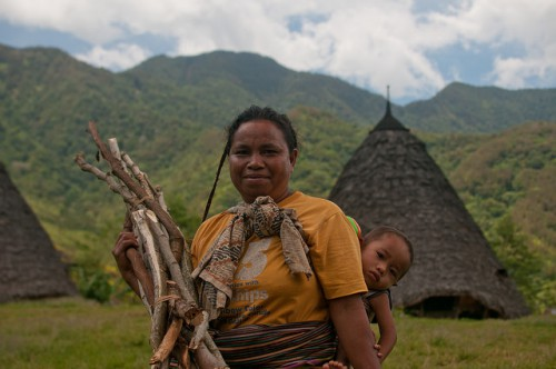 Woman and child in East Nusa Tenggara, Indonesia. REDD+ has the potential to help forests and the communities that depend on them – but only if projects consider the interests of multiple stakeholders. Aulia Erlangga/CIFOR photo