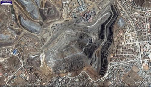 La minería es una gran industria en el Perú, pero en medio de los precios bajos de los minerales, el Gobierno Nacional ha implementado un nuevo paquete de estímulo económico para poner al país en la senda de crecimiento económico del 5% anual. Foto por SkyTruth / flickr