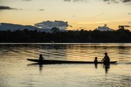 Bote navega cerca del bosque protegido El Sira, en Ucayali, Perú. Juan Carlos Huayllapuma/CIFOR