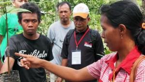 Bangu Kahi Nona (r) discussing grafting at Campaga. Photo: Rob Finlayson/ICRAF