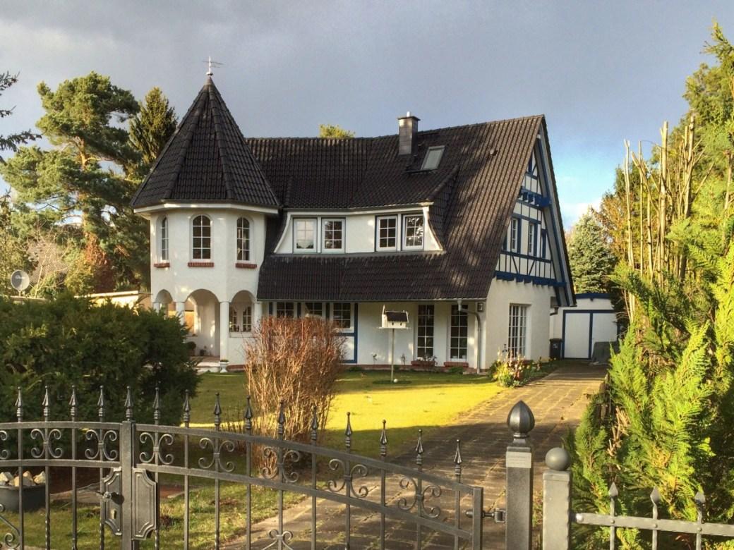 weißes Türmchen Haus