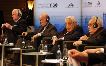 MSC_2014_Schmidt_GiscardDEstaing_Kissinger_Bahr2_Zwez_MSC2014-370×230