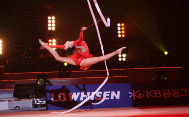 Son_Yeon-Jae_at_LG_WHISEN_Rhythmic_All_Stars_2011_99-370×230