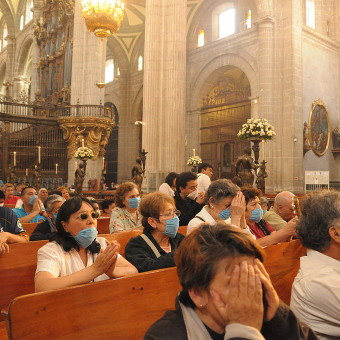 1024px-Mexican_Catholics_at_the_Metropolitan_Cathedral_Swine_Flu-340×340