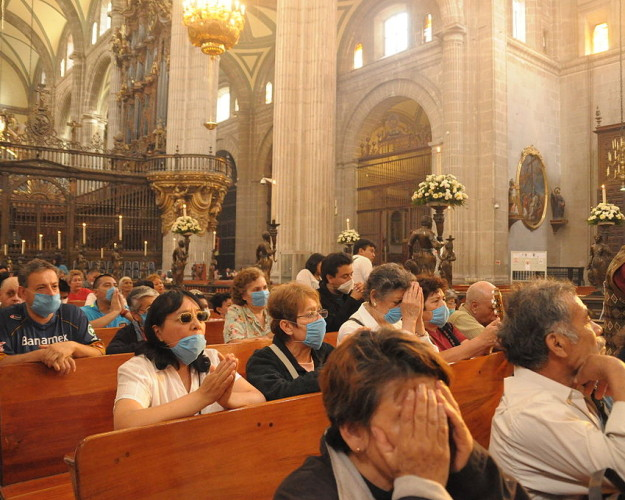 1024px-Mexican_Catholics_at_the_Metropolitan_Cathedral_Swine_Flu-625×500