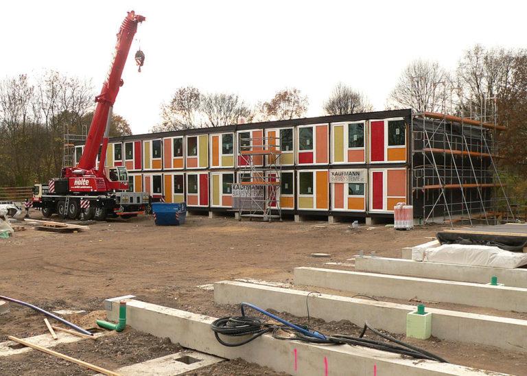 Containerbau_für_Flüchtlinge_in_Hannover_Linden-768×548
