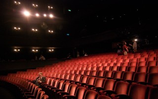 1024px-Richard_in_an_empty_theater-320×200
