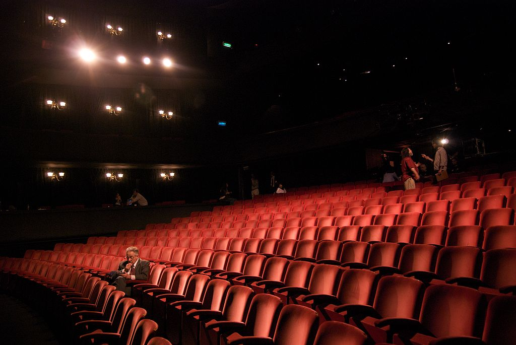1024px-Richard_in_an_empty_theater