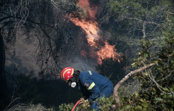 Πυρκαγιά-σε-εξέλιξη-στην-περιοχή-των-Καλυβίων