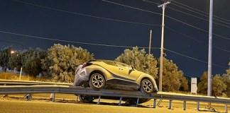 Κορωπί:-Απίστευτο-τροχαίο-–-Αυτοκίνητο-«πέταξε»-πάνω-στις-προστατευτικές-μπάρες!-(φωτό)