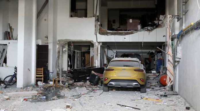 Έκρηξη-στα-Καλύβια:-Με-σοβαρά-εγκαύματα-στο-νοσοκομείο-δύο-τραυματίες