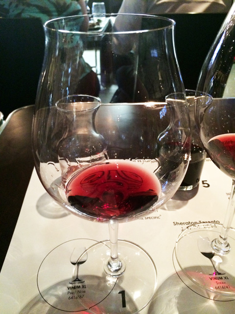 Pinot glass (distinctive lip)s