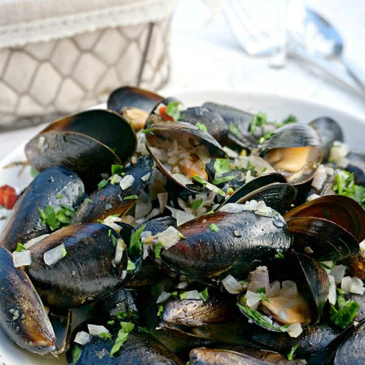 Enjoy your favorite bistro food at home with this easy Moules Frites recipe. Only four ingredients and less 30 minutes to make! Be sure to serve easy Moules Frites al fresco with your favorite glass of white wine for the full experience!