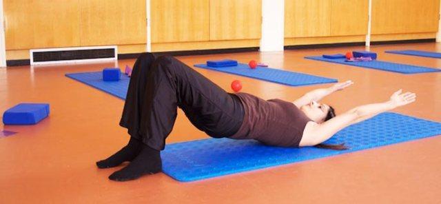 Realiza ejercicio con este curso de pilates