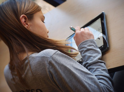 Jeune fille avec une tablette : comprendre et s'exercer, apprendre en faisant