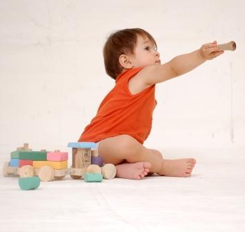 Un enfant qui apprend par le jeu de construction