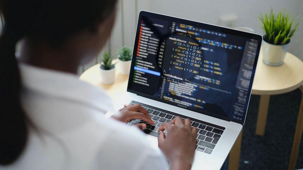 Jeune femme qui code comme à l'ADA Tech School