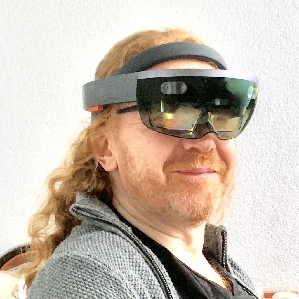 Jeune homme qui porte les lunettes Hololens de réalité augmentée