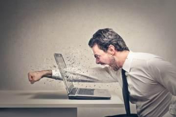 homme casse ordinateur dj frustrés
