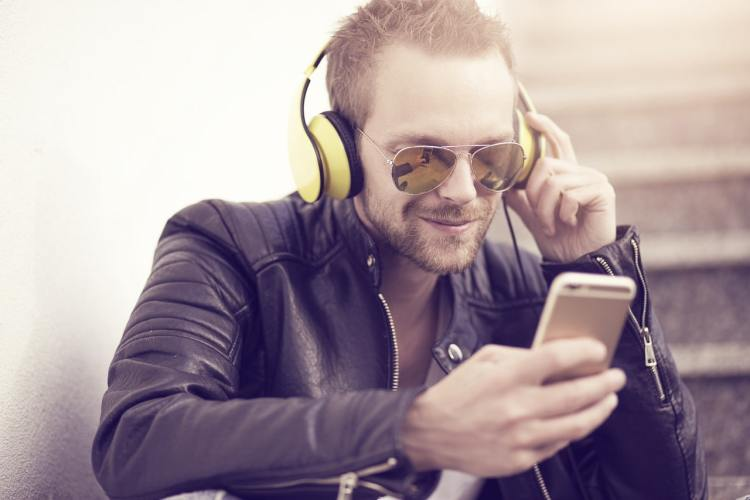 Homme Ecoute Podcast Telephone Casque DJ