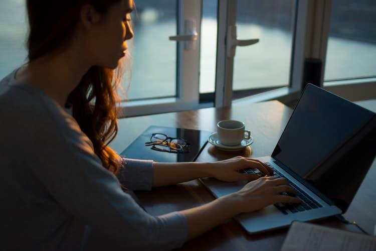 Rédacteur web à Domicile : Comment gérer la solitude ?