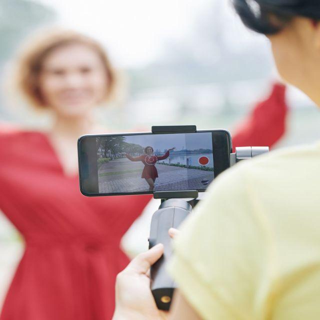 Tourner et monter des films avec un smartphone grâce à l'organisme de formation continue : Formations Vidéo et Montage by AbraCaméra, formation audiovisuelle près de Bordeaux, Gironde , Nouvelle-Aquitaine, France et en visio.