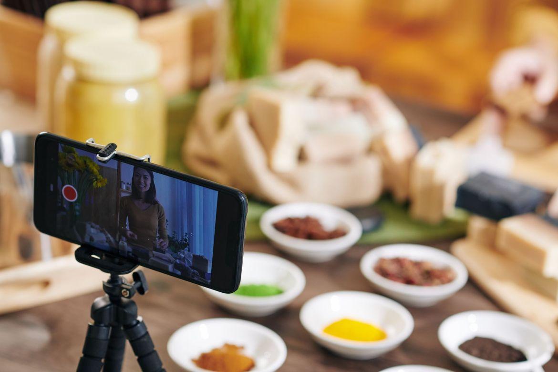 tuto smartphone lors d'atelier avec l'organisme de formation continue : Formations Vidéo et Montage by AbraCaméra, formation audiovisuelle près de Bordeaux, Gironde , Nouvelle-Aquitaine, France et en visio.