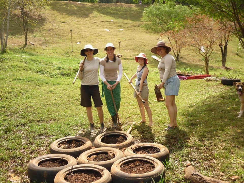 Claudia Visoni ao lado de outras três fundadoras da Horta das Corujas nos primeiros dias de plantio