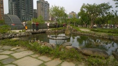 Pond Garden; the water links the Da-An Forest Park and Subway Station.