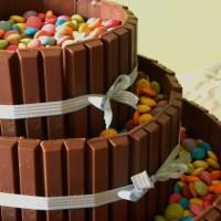 Torta di compleanno con kitkat e smarties, per un compleanno speciale, anzi, due.