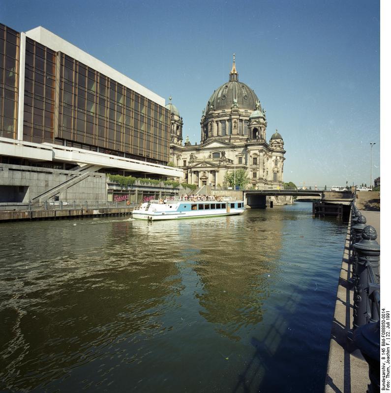 22.7.1991 Berlin-Mitte Berliner Dom und Palast der Republik By Bundesarchiv, B 145 Bild-F088850-0014 / Thurn, Joachim F. / CC-BY-SA 3.0, CC BY-SA 3.0 de, https://commons.wikimedia.org/w/index.php?curid=5473856