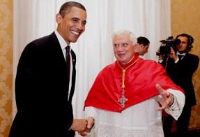 """Obama y Ratzinger con su típico """"saludito de duende"""". En 2009 un grupo de católicos protestaron por la presencia de Barack Obama en su casa de estudios (Holly Cross University)... tres meses más tarde Benedicto XVI recibía feliz al abortista."""