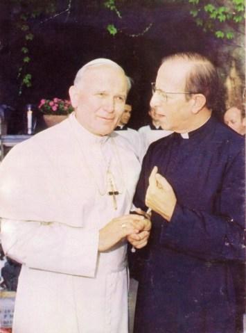 """""""los santos son personas que han tenido una vida """"intachable""""... a Juan Pablo II se le cuestionan varios casos de encubrimiento, no solo el de Marcial Macial; su pontificado quedó marcado por los miles de casos de abusos sexuales de sacerdotes a niños""""."""