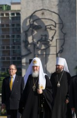 Russian Orthodox Patriarch Kirill stands in Revolution Square backdropped by a sculpture of Che Guevara before an offering to Cuban independence hero Jose Marti in Havana, Cuba, Friday, Feb. 12, 2016. (Ismael Francisco/Cubadebate via AP)