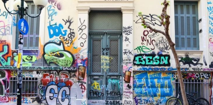Τουρίστες που έρχονται να «μουτζουρώσουν» την Αθήνα.! Η νέα μάστιγα.