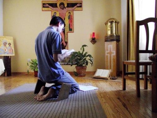 hombre ora en capilla