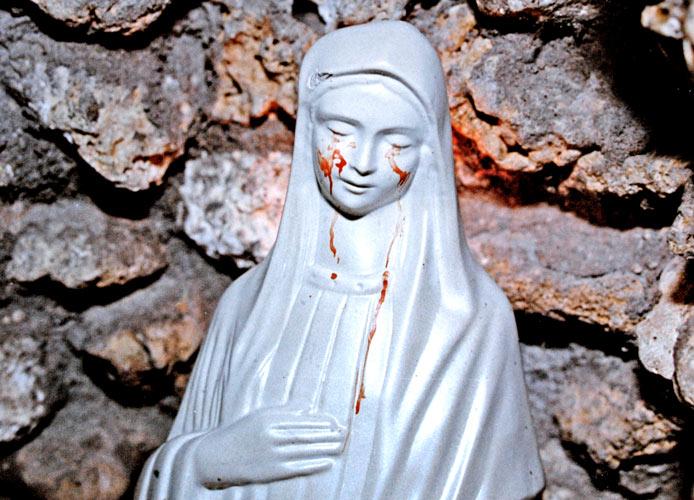 Virgen de la Paz de Civitavecchia llor en manos del Obispo que la quera destruir Italia 2