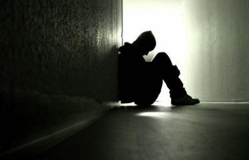sufrimiento joven sentado en el piso