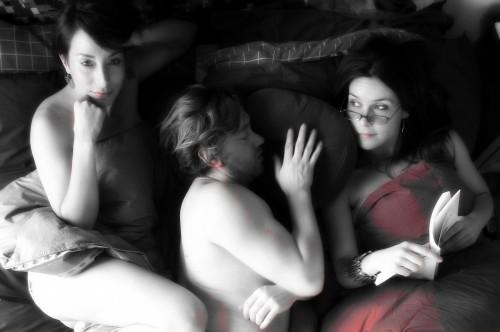 trio en una cama revolucion sexual fondo