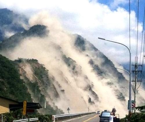 montaña en terremoto
