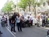 La jaula rodeada por el público [Clic para ampliar la imagen]