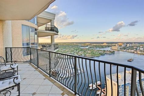 This Fort Lauderdale condo offers sweeping waterfront/ intracoastal views