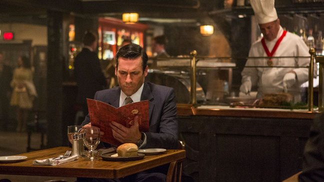 Don Draper allein im Restaurant; Foto: Lionsgate TV